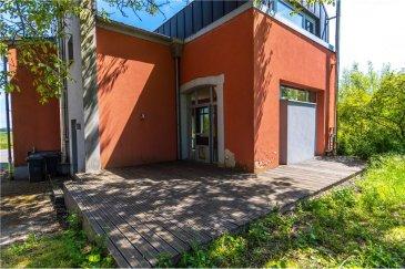 RE/MAX SPECIALISTE DE L\'IMMOBILIER vous propose une maison atypique datant de 1820. Entièrement rénové, le bien dispose d\'une superficie totale de 160 m2 dont 130 m2 habitable sur un terrain de 4 ares.  Le bien se situe dans le village d\'Elvange, commune de Beckerich.   La maison se compose d\'un hall, d\'un wc, d\'un séjour avec cuisine intégrée de 56 m2, très lumineux avec accès direct sur la terrasse.  Au 1 er étage vous arrivez sur une mezzanine/ bureau de 10 m2 ainsi qu\'un espace rangement utilisé comme buanderie de 10 m2 également.   Au 2 ème vous disposez actuellement de deux chambres (16 m2 & 21 m2), la grande chambre peut-être divisé pour récupérer une troisième chambre ainsi que d\'une salle de bain avec douche & wc.   Maison très agréable ayant conservé ses pierres de caractère avec vue dégagée sur les champs.  <br>
