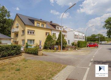 Situé dans le village d'Altwies, au calme dans une voie sans issue avec vue sur jardins et forêt, cet appartement occupe le 2ème et dernier étage d'une petite copropriété de 3 unités sans ascenseur. Datant de la fin des années 60 et rénové en 2003, il présente une surface habitable nette de ± 96 m² pour une surface totale de ± 134 m². Il se compose comme suit:  Au 2ème étage, le hall d'entrée avec vestiaire ± 6 m² dessert une salle de bain ± 5 m² (baignoire, lavabo et sèche-serviettes), une chambre ± 20 m², une cuisine indépendante, moderne et épurée ± 9 m² ainsi qu'un lumineux séjour ± 33 m² avec accès au balcon ± 3 m² via une porte-fenêtre.  L'espace aménagé sous les combles ± 18 m² peut être utilisé comme chambre parentale ou divisé en deux plus petites chambres (cloison séparant actuellement deux pièces).  Enfin, au rez-de-chaussée, une buanderie commune, une cave privative ± 8 m², un spacieux garage ± 21 m² (avec raccordements électricité) et un emplacement extérieur complètent l'offre.   Détails complémentaires: •Appartement en bon état, rénovations récentes ; •Châssis pvc, double vitrage, volets électriques ; •Façade et toiture refaites en 2012 ; •Chaudière au mazout (2017) ; •Terrain de 5ar17ca orienté sud-ouest ; •Cadre verdoyant et belles promenades dans les environs ; •A proximité de l'accès autoroutier vers Luxembourg-ville (19 km) et proche de la commune thermale de Mondorf-les-Bains.  Agent responsable : Florian Apolinario E-Mail : florian@vanmaurits.lu Mobile : (+352) 691 110 397