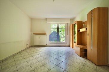 immohub, votre partenaire dans l'immobilier à Esch-sur-Alzette vous propose à la location, un appartement une chambre à coucher au 2ième étage, avec ascenseur,  d'une résidence à seulement 8 unités. A proximité de toutes commodités:  écoles, pharmacie, médecins, cafés, restaurants etc.  L'appartement se compose comme suit:  - Hall d'entrée avec interphone  4,30 m2 - Living 18,10 m2 - Cuisine équipée indépendante 6,75 m2 - Débarras 2,70 m2 - Salle de douche 5,50 m2 - Chambre 12,30 m2  Le bien se complète par une cave privative.  Détails: -Chauffage au gaz / Double vitrage / Chassis en PVC