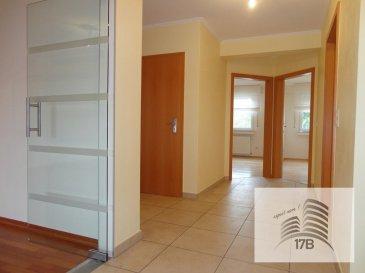 Grand appartement lumineux avec une surface habitable d'environ 96m2 situé au rez-de-chaussée surélevé d'une résidence à 6 unités, composé comme suit:  Hall d'entrée, débarras, WC séparé, vaste et lumineux living/salle à manger de 30m2 avec accès au balcon, cuisine équipée avec accès au balcon, 2 chambres (15 et 13 m2),  une salle de bain.  Au sous-sol se trouve une cave privative, un garage fermé ainsi que la buanderie commune.  Le bien est complété par un emplacement de parking extérieur et un jardin privatif.  La résidence se trouve près des écoles, des transports publics et proche du centre.  Pour tous renseignements supplémentaires ou pour convenir un rendez-vous pour une visite, veuillez nous contacter par téléphone au (+352) 691 400 705 ou par mail : info@17b.lu. Pas de SMS.