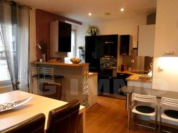 Coup de cœur en Exclusivité 3G Immo pour cet appartement/maison situé en hyper-centre de Longwy-Haut offrant 2 chambres et une terrasse sans vis-à-vis. Surface loi carrez 80,6m² et surface sol restante 23m². Copropriété de 2 lots sans syndic et sans charges composée de l'appartement et d'un commerce de service.   Le niveau de vie se compose d'une cuisine full équipée de 20m² posée en 2010, d'un salon et d'un Wc, le tout sur parquet en chêne, avec accès terrasse sans vis à vis (17m² en teck). Au dernier étage se trouvent deux chambres de 14,5 et de 15,5m², un palier pouvant faire office de coin bureau et la salle d'eau (douche, WC suspendu et meuble vasque).  A noter la présence d'un cellier au RDC. Equipements et finitions de qualité, appartement très bien entretenu et lumineux. Rénovation totale de 2010, aucun travaux à prévoir : DV Pvc, chauffage au gaz, coût électricité et gaz annuel 1590€, taxe foncière 710€.   A voir sans tarder avec 3G Immo, Grégory et François Lambermont 06.42.85.79.02 / 06.23.51.05.79