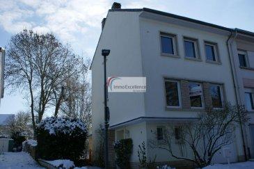 IMMO EXCELLENCE vous propose en exclusivité une jolie maison libre de trois côtés sur un terrain de 2.56 ares, situé dans un endroit  calme. La maison dispose d'une surface utile d'environ 184 m2 ainsi que d'une surface habitable d'environ 140 m2.  La maison se compose comme suit : Au rez-de-chaussée, vous trouvez un hall d'entrée (7.52 m2), un W.C. séparé (1.49 m2), un grand garage (16.46 m2), une chaufferie avec buanderie (7.72 m2), et avec accès vers le jardin, ainsi qu'une tour d'escalier vers le 1er étage (3.48 m2). Au 1étage vous trouvez : Un hall (2.87 m2), un double séjour (23.88 m2), une salle-à-manger (12.75 m2) avec accès sur un balcon (8.85 m2), une cuisine équipée (6.43 m2), un tour d'escalier vers le deuxième étage (3.18 m2). Au 2ème étage vous trouvez : Un hall (2.70 m2), une chambre-à-coucher (14.60 m2), une deuxième chambre-à-coucher (12.10 m2), un bureau (8.82 m2), une salle-de-bains (6.50 m2), ainsi qu'un hall d'escalier (2.85 m2) vers le 3ème étage. Au 3ème étage vous trouvez : Un hall (2.27 m2 ),une chambre-à-coucher (11.18 m2), un bureau sinon deuxième chambre-à-coucher (7.59 m2), un débarras ( 3.34 m2), ainsi qu'un deuxième débarras (9.74 m2 ).  A l'extérieur vous trouvez un jardin ainsi qu'un emplacement pour une petite voiture.  Plusieurs possibilités d'emplacements de voiture directement en face de la maison.  Les fenêtres sont de type double vitrage et ont été remplacées en 2016.   Situation idéale, proche de toutes commodités et à 15 minutes seulement du centre-ville de Luxembourg.   A VOIR ABSOLUMENT !!