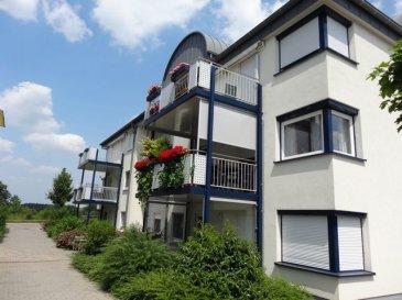 Sonnige Wohnung in der Residenz Moselpark in Perl, nahe der Luxembourger Grenze. Über den grosszügigen Eingangsbereich betritt man die 120m2 Wohnung. Von hier aus gelangt man zu den 2 Schlafzimmer, dem Bad mit Dusche und Wanne, zum Gäste WC und dem hellen geräumigen Wohnzimmer, dem sich ein weiteres Zimmer anschliesst. Der sonnige Balkon kann vom Wohnzimmer, sowie dem sich anschliessenden Zimmer betreten werden. Eine vollwertig eingerichtete und hochwertige Küche gehört selbstverständlich dazu und verfügt über einen separaten Abstellraum mit Waschmaschinen-Anschluss. Ein weiterer Abstellraum und ein Keller stehen zur Verfügung. Zur Wohnung gehört ausserdem ein Tiefgaragenplatz.  Die Wohnung ist barrierefrei und kann an die medizinische Versorgung der angrenzenden Seniorenresidenz angeschlossen werden.
