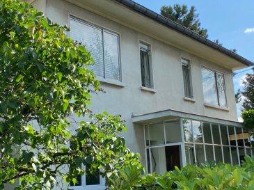SCY-CHAZELLES    Maison  135 m2. Sur les hauteurs de SCY-CHAZELLES - belle situation - vue plongeante sur Metz, maison  individuelle d\'environ 135 m2 habitables, édifiée en 1961 sur un terrain de 606 m2 clos et arboré.<br/>La maison sur sous sol complet se compose en rez de chaussée des pièces de vie, à l\'étage de 3 chambres, un dressing, une salle de bains et un WC<br/>Un garage est accolé à la maison.<br/><br/>Prévoir travaux de rénovation<br/><br/>Contact : Sandrine Perceval 06.34.65.29.84<br/><br/><br/><br/>
