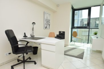 Julien Feld & RE/MAX Select vous proposent ce bureau de 12 m² meublé pouvant accueillir 2 postes de travail. Ce bureau est situé dans un local complètement rénové comprenant 5 bureaux. Mise à disposition d'une kitchenette, d'une salle d'attente, de toilettes, d'une ligne téléphonique et d'un accès internet (inclus dans les charges).  Julien Feld : +.352 661 554 403