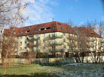 Grand 5 pièces duplex de 115 m2 au sol (92 m2 carrez) Situé au dernier étage d'un immeuble construit en 1994 A Strasbourg Ganzau, dans un environnement calme et verdoyant   Le premier niveau bénéficie d'un très vaste espace ouvert de 55m2 avec une partie séjour, cuisine et coin repas. Toujours au premier niveau, se trouvent une chambre de 10 m2 et une salle d'eau  Le second niveau accueil deux chambres de 17 m2 et 10 m2, ainsi qu'une salle de bain  Une terrasse de 9m2 ainsi qu'un garage complètent l'équipement de cet appartement  Honor. 3 % inclus. Copropriété de 14 lots principaux. Montant moyen mensuel de la quote-part du budget prévisionnel à la charge du vendeur pour les dépenses courantes : 170 euros.