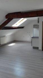 Bel appartement sous combles très lumineux Comprenant cuisine équipée, deux chambres, salle de bains, WC. Chauffage collectif gaz.