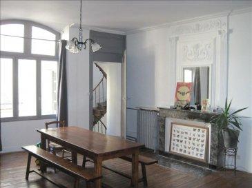 SAUMUR ET COMMUNES ASS<br />Beaucoup de charme pour cette maison de ville dans le quartier historique de Saumur&comma; elle offre une entrée par porche avec une buanderie&comma; une ancienne écurie servant de garage vélo-moto et rangement<br />En rez de chaussée &colon; une entrée&comma; une chambre avec lavabo&comma; des wc<br />Au 1er étage une cuisine&comma; un séjour salon &lpar;poutres&comma; pierres et cheminée&rpar;&comma; un charmant balcon<br />Au deuxième étage &colon; une salle de bain avec wc&comma; une grande chambre et en enfilade une autre pièce &lpar;dressing&comma; bureau ou salle de bain&rpar;<br />Au dessus un grenier aménageable<br />Cave&comma; cour pavée&comma; beaucoup de charme et de tranquillité &excl;
