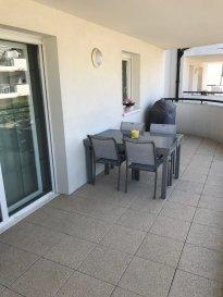 Appartement F4 de 85.56 m2 situé au 1er étage d'une résidence récente comprenant entrée avec placard, cuisine équipée ouverte sur séjour-séjour (42m²) avec accès terrasse (15.30 m2), cellier/buanderie , salle d'eau avec douche, deux chambres spacieuses avec placards (13.02m²,13.15m²)  et WC séparé. Garage et parking privatifs . Chauffage individuel par le sol, double vitrage PVC avec volets roulants électriques, isolation par l'extérieur, porte d'entrée blindée.