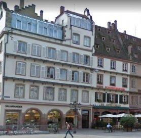 Studio - 12.20 m2 - Strasbourg.  A saisir ! Studio de 12.20 m2 au 2 ème étage d\'un immeuble sis place Gutenberg. Il est constitué d\'une pièce à vivre avec kitchenette, d\'une salle d\'eau avec WC et d\'un grand balcon. Eau chaude et chauffage individuel au gaz.<br> Disponible au 1er décembre 2020.<br> Loyer : 490EUR par mois charges comprises (dont 40EUR de provisions sur charges avec régularisation annuelle). Dépôt de garantie :980 EUR Honoraires à la charge du locataire : 158.60EUR TTC (dont 36.60EUR pour l\'état des lieux).<br> Hebding Immobilier 03.88.23.80.80