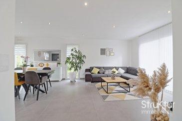 .   <br> +++ SOUS COMPROMIS +++<br><br><br><br> Struktur immobilier vous présente en exclusivité<br> Cette maison contemporaine construite en 2018 sur un terrain de 7,34 ares clos et arboré, idéalement située au calme dans un cadre verdoyant proche de la frontière luxembourgeoise, développe une surface totale de 216 m2 dont 120 m2habitables sur un sous-sol complet avec garage double.<br><br> Au rez-de-chaussée, le hall d\'entrée dessert un lumineux espace de vie de 57 m2, avec cuisine équipée, ouvrant sur le jardin et les différentes terrasses (3) permettant de profiter de différentes expositions en fonction des envies. Un wc avec lave mains complète ce niveau.<br><br> A l\'étage, un dégagement dessert une suite parentale de 24m2 comprenant un dressing aménagé et une salle d\'eau privative, deux chambres et une salle de bains avec douche, baignoire et wc.<br><br> Au sous-sol, un garage double de 56 m2, un atelier, une buanderie et un dégagement.<br><br> Les prestations : Construction RT2012, Assurance dommage ouvrage, Assurances décenales, Volets électriques programmables, chauffage gaz à condensation par le sol, production d\'eau chaude par tuiles photovoltaïques, Aspiration centralisée, Escalier en chêne vernis incolore, Cuisine équipée (plan de travail en DEKTON, Réfrigérateur, congélateur, lave- vaisselle, Four, micro-onde, plaque induction, électroménager SIEMENS et BOSCH), salles de bains meublées (meuble vasques, colonne, de rangement, douches à l\'italienne, baignoire 180x80, radiateurs porte serviettes), porte de garage motorisée sectionnelle, arrosage automatique, carrelage, parquet dans les chambres, tuyauterie encastrée.<br><br> Plus d\'infos ou organiser une visite, contactez-nous au 06 03 40 96 27<br> DPE : B/C<br> 640 000 EUR<br> Honoraires inclus - charge de l\'acquéreur : 4 %