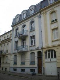 Rue Ambroise Paré, à proximité de la Gare SNCF et du centre ville, au 3ème étage, bel appartement RENOVE 4 pièces de 85m², comprenant une entrée, une cuisine avec balcon, un salon, un séjour, deux chambres, salle de bains/WC. Chauffage individuel au gaz.