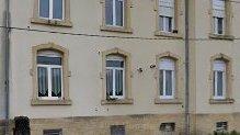 Rombas: appartement F3 situé au 2ème et dernier étage comprenant une cuisine ouverte sur salon, deux chambres, salle de bains avec wc, chauffage individuelle au gaz, place de parking privée.