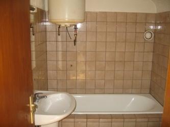 Spécial investisseur! Vend à St Avold dans une copropriété un F1bis et un studio.  Le F1bis est composé d'un coin kitchenette donnant sur le petit séjour, une chambre, une salle de bain, chauffage électrique.  Le studio est composé d'une pièce principale avec une kitchenette, une salle de bain avec baignoire, chauffage électrique.  Loué respectivement à 200 € de loyer et 20 € de charges.
