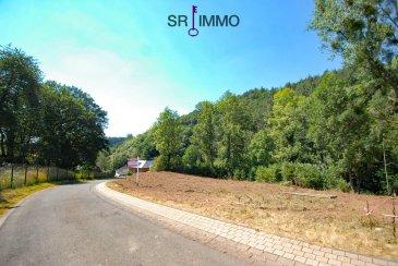 """Dieses ruhig gelegene Grundstück mit Hanglage eignet sich gut zum Bau eines schönen Einfamilienhauses oder Mehrfamilienhauses.  ca. 706 m2 groß.   Lagebeschreibung:  Das Grundstück befindet sich im """"Delsbüscherweg"""" der Gemeinde Roth an der Our, im Herzen des deutsch-luxemburgischen Naturparks.  Die westliche Richtung bietet Ihnen einen herrlichen Ausblick ins Ourtal und auf die Gemeinde Bettel (Luxemburg). Die ruhige Wohnlage ist nur 3 km von Vianden, 10 km von Diekirch und 17 km von Ettelbrück entfernt. Anschluss an den öffentlichen Verkehr in Luxemburg besteht im ca. 1 km entfernten Bettel. Über die Anschlussstelle Ettelbrück-Schieren A7 (Autobahn) sind die Stadt und der Flughafen Luxemburg in 40 Minuten zu erreichen.   HAFTUNGSAUSSCHLUSS Die von uns gemachten Angaben hinsichtlich Größen und Beschaffenheit des Objektes beruhen auf Informationen des Verkäufers bzw. Dritter und sind unverbindlich. Eine Haftung jeglicher Art für die Richtigkeit und Vollständigkeit der Angaben wird daher ausgeschlossen. Unser Angebot erfolgt freibleibend, Zwischenverkauf vorbehalten.   VERBRAUCHERINFO 1. Maklerleistung ist der Nachweis der Gelegenheit zum Abschluss eines Vertrages bzw. Vermittlung eines Vertrages über eine Immobilie gegen die Maklerlohnzahlungspflicht des Kunden. Eine Maklerprovision in Höhe von 3,57 % incl. 19 % MwSt. ist vom Käufer zu zahlen. Die Maklerprovision ist fällig und verdient mit Unterzeichnung des Kaufvertrages. 2. Unternehmer, Anschrift, Beschwerdeadressat: ARCADIA Fine Properties S.A., 20, Grand-Rue, L-9410 Vianden, Tel.: 00352 266 344 1, Email: contact@sri.lu, Direktor: Ton Eggen 3. Es besteht ein Widerrufsrecht für Verbraucher  WIDERRUFSRECHT FÜR VERBRAUCHER Sie haben das Recht, binnen vierzehn Tagen ohne Angabe von Gründen diesen Vertrag zu widerrufen. Die Widerrufsfrist beträgt vierzehn Tage ab dem Tag des Vertragsabschlusses. Um Ihr Widerrufsrecht auszuüben, müssen Sie uns (ARCADIA Fine Properties S.A., 20, Grand-Rue, L-9410 Vianden, Tel: +352 266 """
