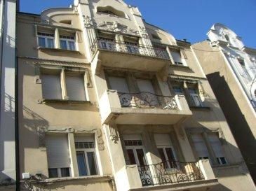 Appartement 4 pièces situé dans le quartier du Sablon, à proximité des commerces et au rez de chaussée d'un petit immeuble. Il est composé d'un salon-séjour, d'une cuisine, deux chambres et d'une salle d'eau. Le chauffage est individuel et au gaz. Le logement est actuellement disponible.