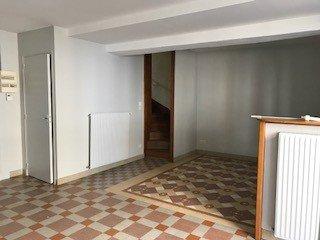 . une maison d\'habitation comprenant : , au rez-de-chaussée : pièce de vie avec coin cuisine, débarras avec wc, cellier sur l\'arrière, et cave sous la maison ,à l\'étage : deux chambres, une salle d\'eau avec wc. ,Grenier.