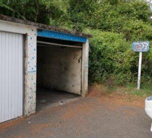 Garage à Nilvange. Nilvange, rue des Vosges  au fond de l\'impasse à vendre garage  sol et toiture béton, murs agglos. Pas d\'électricité <br/>Porte standard .<br/>Taxe  foncière  90.00 €<br/>libre de suite.<br/>IMMO DM  03.82.57.31.87 - 06.11.98.36.91<br/>