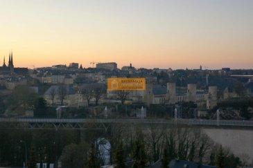Bel appartement de 85 m2 situé au 5ième  et dernier étage d?une résidence sis dans le quartier de Luxembourg-Verlorenkost à quelques pas du centre, avec une vue imprenable sur la Ville de Luxembourg.  L'appartement dispose : Hall d'entrée, grand living/salle à manger avec accès à la terrasse, cuisine équipée avec accès au balcon, 1 grande chambre à coucher, 1 salle de bain, WC séparé, balcon,  terrasse avec une vue magnifique sur la Ville de Luxembourg, cave et un emplacement intérieur. Travaux de rénovations à prévoir et possibilité de faire une 2ième chambre à coucher.  Le Domaine Beauregard est situé dans une rue calme du quartier de Verlorenkost à proximité du centre de la Ville de Luxemboourg.  Ref agence :B190