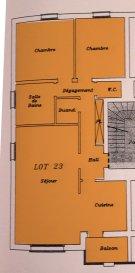 A Villers la Montagne, au calme, venez découvrir cet appartement d'une surface de 79m² datant de 2006. L'appartement est situé au 1er étage d'une petite copropriété très propre de 12 lots répartis sur 2 bâtiments et gérée par un syndic bénévole.  Pièce de vie sur cuisine de 35m² « en L », deux chambres, salle de bain entièrement carrelée avec douche et baignoire d'angle, WC et cellier / chaufferie. Balcon de 3 m² accessible depuis la cuisine, belles ouvertures au niveau des fenêtres pour bénéficier d'un ensoleillement maximum.   Placards intégrés sur mesure dans le couloir, sols entièrement carrelés, plafond à 2,50 mètres. DV PVC avec volets électriques, chauffage au gaz individuel de 2016 de marque ELM Leblanc, isolation phonique, VMC dans les pièces humides.  Garage avec porte sectionnelle une voiture et stockage sur 18,5m² ; très pratique une porte permet d'accéder directement des communs au garage.  A noter une place de parking privée devant le garage et une autre dans la copropriété. Charges de copropriété de 25€/mois correspondant à l'assurance du bâtiment, à l'électricité des communs et à leur entretien. Taxe foncière de 470€ à l'année.  Le prix inclut nos honoraires Pour tous renseignements : Grégory Lambermont : 06.42.85.79.02  François Lambermont : 06.23.51.05.74  www.lambermont-immo.com  www.3gimmobilier.com/lambermont  Mandataires indépendants du réseau 3G Immo Consultant immatriculés au RSAC de Briey N°524 212 917 et N°791 005 580