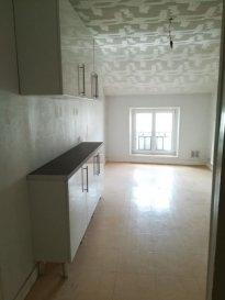 Appartement Dieulouard 2 piece(s) 88 m2. DIEULOUARD - Avenue Général De Gaulle<br/><br/>Appartement de type F2 au 1er étage.<br/>Entrée, WC, une cuisine, un salon, 1 grande chambre, une salle de bains et une pièce borgne(dressing ou autre).<br/>Possibilité de louer un garage situé juste derrière l\'immeuble (40 € / mois).<br/>Chauffage gaz.<br/><br/>Charges: entretien chaudière + avance sur conso d\'eau + électricité des communs + ordures ménagères