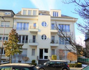 Ce bel appartement de 86m² se situe au 1er étage d'un petit immeuble de 7 unités dans une rue calme et en sens unique dans le quartier de Hollerich à Luxembourg-Ville.  Il se compose d'une entrée donnant sur le grand séjour de ± 35m² avec sa cuisine ouverte et équipée et sur les deux chambres de ± 17 et 13m² ainsi que la salle de bain de ± 9m² avec une baignoire et une douche séparée.  Au sous-sol une cave privative de ± 10m² ainsi qu'une buanderie commune. Actuellement le lave-linge et le sèche-linge se trouvent dans la salle de bain de l'appartement.  Généralités :  •Proches des commerces et des transports en commun •Parc à proximité – le long de la Pétrusse •Accès gare et autoroute à proximité •Avance sur charges € 200 / mois •Caution 2 mois de loyer •Télévision et décodeur fournis •Pré-installation internet – abonnement à prendre •Volets électriques sur la rue et manuels dans les chambres  Contact:  Jimmy de Brabant   -  +352   661 167 494