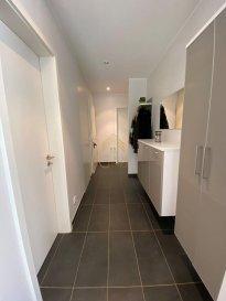 Real G Immo vous présente en Exclusivité, ce bel appartement disposant d\'une surface habitable de +/- 64 m², se situant au rez-de-chaussée d\'une résidence construite en 2014. <br><br>Ce bien se trouve dans la Cité de Opkorn.<br><br>Il se dispose comme suit:<br><br>* Hall d\'entrée,<br>* Une belle cuisine équipée ouverte sur un lumineux living donnant accès à un jardin privatif de +/- 12,82 m²,<br>* Débarras,<br>* Salle de douche,<br>* Une chambre à coucher de +/- 23 m²,<br><br>A ce bien s\'ajoute une cave privative, une buanderie commune et un emplacement intérieur.<br><br>Informations complémentaires:<br><br>* Triple vitrage PVC,<br>* Classe énergétique A.B.<br>* Proche de toutes commodités : Commerces, écoles, crèches, maison relais et transports publiques.<br><br>Pour plus de renseignements ou une visite des lieux (également possibles le samedi sur rdv), veuillez nous contacter au 28.66.39.1.<br><br>Les prix s\'entendent frais d\'agence de 3 % TVA 17 % inclus.<br>