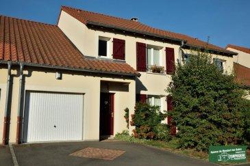 Tempocasa Mondorf vous propose une petite maison romantique située dans un quartier très calme. On peut profiter de sa petite terrasse pour apprécier les charmes de cet endroit. Elle est composée ainsi:  - Hall d'entrée  - Cuisine équipée ouverte sur salon / séjour - Grande Terrasse + Jardin - 3 chambres à coucher - 1 Salle de bain ( douche + baignoire ) - 2 Wc séparés - Garage  Pour plus d'informations contactez-nous au 26 54 31 48 / 661 57 25 02 Ref agence :JP106