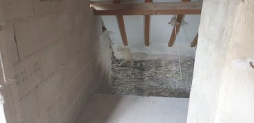 Il s´agit d´un gros oeuvre fermé. Les fenêtres sont en double vitrage et les dalles en béton. Le toît est dans un état convenable. La cave est finalisée. Il y a un jardin et un carport pour la voiture , mais pas de garage. Le plan de l´architecte prevoit 2 chambres à coucher , 1 salle de bain, 1 buanderie, 1 grenier aménageable, 1 cuisine, 1 living et 1 wc séparé. Tout le reste sera au choix du nouveau propriétaire. En cas d´intérêt, prière de s´adresser au 00352 691 710 926.Merci