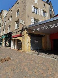CONTACT : Julien RACH / 07.81.52.53.74  Metz Hypercentre, vente en liquidation judiciaire d\'un fonds de commerce de boulangerie, pâtisserie, briocherie, historique de la ville de Metz,   Emplacement exceptionnel pour ce local à chemin entre la Place Saint-Louis et la Place Saint-Jacques et se situant aux portes d\'entrées du centre commercial Saint-Jacques,   Le local commercial est composé de :   - Une surface commerciale en rez-de-chaussée de 33m², - Un laboratoire tout équipé au 1er étage de 74m², - Un appartement/bureau au 2ème étage de 50m²,  Idéal pour une activité d\'emporter,  Parking à proximité,   Offre à faire pour l\'acquisiton du fonds de commerce,  CONTACT : Julien RACH Tél : 07.81.52.53.74      Mail : julien@procomm.fr Cabinet Procomm - Immogest