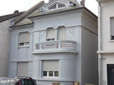 HETTANGE GRANDE. Maison de rapport  comprenant 2  appartements de 75 m2 chacun dont 1 appartement loué 500 € par mois. Possibilité d\'un troisième appartement à aménager dans combles. Ce bien se situe en plein coeur d\'Hettange Grande. Le tout sur une parcelle de 1092 m2 avec garages et dépendances.