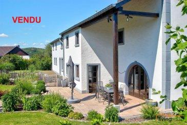 ***VENDU***Maison, de style fermette, avec grand potentiel de développement (aménagement d\'appartements et constructions d\'annexes).<br><br>Cette charmante maison, datant de 1850, est un bien d\'exception, de part sa situation et de part son cachet. Ce style de maison, fortement recherché par une clientèle amoureuse d\'anciennes maisons de campagne, dispose de tous les atouts que l\'on puisse souhaiter.<br><br>Erigée sur un terrain de 20 ares et libre des 4 côtés, la maison dispose d\'une surface totale d\'environ 600 m², dont 275 m² de surface habitable. Elle dispose d\'un grand jardin avec vue dégagée, soigneusement aménagé de plantations, d\'un point d\'eau et d\'une terrasse située sud-ouest. Le bâtiment a été rénové par les actuels propriétaires une première fois en 1985 et une seconde fois en 2000.<br><br>Grâce à sa solidité rassurante, le bien offre également un potentiel important à développer en surface habitable complémentaire. En effet, la partie dépendance, par sa surface considérable, donne une possibilité d\'y aménager 2 appartements (140 m²) et les combles (50 m²), permettent d\'agrandir la partie de l\'habitation principale.<br>Le PAG communal autorise la construction de 2 annexes, d\'une largeur façade de +/- 10m, de chaque côté de la bâtisse.<br><br>DESCRIPTION:<br>Sous-sol:<br>- garage (30 m²)<br>- cave (18 m²)<br>- cave (20 m²) avec puits<br><br>Rez-de-chaussée (surface habitable: 161,50 m²):<br>- Hall d\'entrée (30 m²)<br>- WC séparé avec urinoir (5,70 m²)<br>- cuisine en chêne massif, entièrement équipée, avec accès vers terrasse et jardin (24,80 m²)<br>- salon I (36,80 m²)<br>- salon II (12,40 m²)<br>- bureau (13,90 m²)<br>- salle de bains (16,80 m²) avec accès vers jardin<br>- buanderie (14 m²)<br>- remise/débarras (7,10 m²)<br>- chaufferie (7,30 m²) équipée d\'une installation de la marque Viessmann<br>- garage pour 2 voitures (53,20 m²)<br><br>Etage 1 (surface habitable: 112,80 m²):<br>- hall de nuit (36 m²)<br>- chambre à coucher (24,10 
