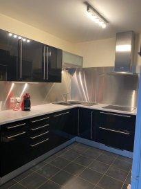 Dans un Duplex lumineux, découvrez un bel F4 de 86m² comprenant au rez-de-chaussée un bel espace salon-séjour, une cuisine équipée, un wc séparé. Au 1er étage d'une mezzanine, deux chambres, une salle de bain, un wc, un balcon. Un garage privatif et une place de parking extérieur.  loyer 900€ + 70€ de charges (eau froide, entretien et électricité des communs, entretien chaudière, entretien du portail, espaces verts) frais d'agence 750€ ( visite dossier bail) + 150€ ( états des lieux)