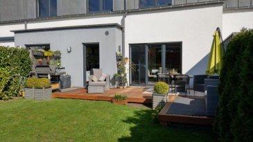 -- FR --  Real G Immo vous propose cette magnifique maison jumelée bâtie en 2008 et offrant 203 m² sur une parcelle de 3,31 ares avec une vue dégagée sans vis-à-vis direct.  REZ DE CHAUSSÉE : un vaste hall d\'entrée vous mènera directement au salon de style londonien à la superficie généreuse et chaleureuse.   Vous aurez ensuite accès à la cuisine équipée moderne ouverte sur une salle à manger confortable pouvant accueillir confortablement une table 8 à 10 personnes.   Le PLUS de la cuisine, un large cellier vous permettra de garder votre cuisine impeccable.   Lors de vos repas, vous aurez la vue sur la terrasse en teck qui mène au jardin ou vous pourrez bronzer, inviter votre entourage, laisser jouer vos enfants et animaux de compagnie, ou tout simplement travailler à l\'air libre.   Le rez de chaussée comprend également une belle salle de douche avec WC suspendu.  PREMIER ÉTAGE : vous aurez accès à trois chambres dont une chambre parentale de presque 20 m2.   Également vous trouverez une salle de bain somptueuse avec robinetterie encastrée, baignoire jacuzzi et WC suspendu.   Dans le hall un espace bureau vous permettra de surfer sur le web ou travailler au calme.  DERNIER ÉTAGE : quoi de mieux que de pouvoir profiter de soirée film ou Netflix dans sa salle de cinéma dédiée \'   Le pallier y a été aménagé pour vous accueillir confortablement vous ou votre famille car vous retrouverez également une chambre au style cosy et intimiste.  SOUS-SOL : côté pratique oblige, un grand garage double laissera vos voitures au chaud pendant l\'hiver à vous et votre compagnon de vie.   Un espace chaufferie contenant également des possibilités de stockage, une grande pièce aménagée en espace atelier et une autre qui clôture le bal dédié spécifiquement pour la buanderie et le pressing.  INFORMATIONS SUPPLÉMENTAIRES :  Confort : Fenêtres PVC double-vitrage - porte de sécurité - vidéophone - porte de garage motorisée - appareils électroménagers de marque « Siemens » - appareil sanit
