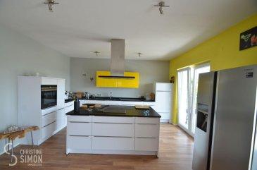 L\'agence immobilière Christine SIMON S.à.r.l. vous propose exclusivement ce magnifique bungalow libre de 4 côtés situé à Saint-François-Lacroix (Département Moselle) avec vue dégagée et  implanté sur un terrain de 33,49 ares.<br>La maison construite en 2009 avec une surface habitable d\'environ 166,73 m2 se compose comme suit: <br><br>Hall d\'entrée(17,26 m2), WC séparé avec lave-mains(2,5 m2), grande cuisine équipée(îlot central, plan de travail granite et frigo américain) double séjour avec une cheminée à foyer ouvert et grande baies vitrées accès terrasse (100 m2), salle de douche de 8,82 m2(douche à l\'italienne, WC, double vasque, fenêtre), hall de nuit(5,77 m2), 3 chambres à coucher(16,36 m2, 21,76 m2, 12,10 m2), buanderie(9,41 m2) et une grande, nouvelle terrasse(2021) en WPC avec brise vue baignée par le soleil.<br><br>Extérieurs:<br>grand jardin clôturé  et maison d\'abris, 6 places de parking privatives devant la maison- pas de garage, mais possibilité d\'établissement d\'une garage et/ou d\'un carport.<br><br>Côté technique: chauffage électrique, fenêtres triple vitrage en PVC munis de volets électriques, toit en tuiles, sol stratifié et carrelages au sol, façade nouvelle(2021) et  isolante 10 cm<br>Passport énergétique: D-B<br>La maison est dotée d\'équipements haut de gamme.<br>20 minutes de Schengen, Perl.<br><br>Charges annuelles:<br>Taxe foncière: 459 €<br>Taxe d\'habitation: 0 € (nouvelle réforme nationale)<br><br>Charges mensuelles:<br>Electricité: 92,5 € <br>Eau: 43 €<br>Déchets: 10 €<br>Contribution à l\'audiovisuel public: 12 € (obligatoire si imposable à la taxe d\'habitation et disposition d\'un téléviseur)<br>www.service-public.fr<br><br>La commission de vente pour l\'agence de 3% plus TVA 17% est à partager entre le vendeur et l\'acquéreur.<br>Pour de plus amples renseignements ou une visite de la maison contactez l\'agence au tél: 26 53 00 301 ou par mail: info@christinesimon.lu<br><br>Nous sommes en permanence à la recherche de biens pour