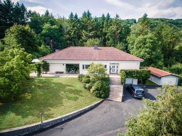 Sehr schöner Bungalow in Echternacherbrück zu verkaufen. Echternacherbrück liegt direkt an der Grenze zu Echternach. Der Bungalow wurde erbaut 1965. Insgesamt verfügt der Bungalow über eine Grundstücksgröße von 6597 qm. Die Wohnfläche beträgt 167,95 qm. Vom Eingang des Bungalows führt ein direkter Weg in den großen Flur mit Einbauschrank. Die großen Fenster im Wohnraum geben einen wunderschönen Blick ins Grüne oder in den Garten. Der Wohnraum verfügt über einen offenen Kamin. Des Weiteren hat das Wohnzimmer ein hochwertiges Eichenparkett.  Über den Wohnraum gelangt man auf direktem Wege zur Terrasse. Der Bungalow verfügt über eine große lichtdurchflutete Küche mit viel Stauraum. Anschließend führt der Weg zum Elternschlafzimmer mit Ankleidezimmer und Zugang zum Badezimmer. Das Haus verfügt insgesamt über 3 Schlafzimmer mit Balkon. 2 Kinderzimmer mit separatem Badezimmer. Das Bad wurde 2014 neu renoviert. Des Weiteren verfügt der Bungalow über einen schönen Eingang von dem ein direkter Weg zum Keller führt. Im Keller gibt es ein Gäste  -und Badezimmer, einen Vorratsraum, ein Öllager mit kellergeschweißtem Tank , den Heizungsraum, den Hauswirtschaftsraum und eine Garage für 2 PKW mit einer Größe von 38,83 qm.  Das Dach und die Fassade wurden 2001 renoviert. Innentüren und Heizkörper wurden 2008 renoviert. Pflaster und Treppe wurden 2004 renoviert. Der Bungalow wurde 2018 neu renoviert. Der Bungalow hat einen Energiebedarf von 159,1 kWh (Klasse E). Das Highlight des Hauses ist die umliegende Landschaft. Der perfekte Ort zum Entspannen.