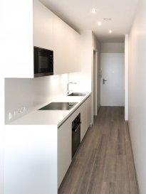 Soho Real Estate propose à la location un lumineux appartement situé au 2ème étage d'une nouvelle copropriété située à Gasperich dans la commune de Luxembourg.  L'appartement est réparti sur 45m2 de surface nette s'articulant autour d'un grand espace de vie central composé d'une cuisine équipée ouvrant sur le salon qui bénéficie d'une grande luminosité, une chambre à coucher et une salle d'eau avec toilette. L'ensemble se caractérise tant par le soin apporté au choix des matériaux utilisés ainsi que par l'effort d'optimisation du moindre espace.  L'appartement est proposé entièrement meublé et équipé. Une machine à laver ainsi qu'un sèche-linge complètent l'offre, à laquelle vient s'ajouter un emplacement de parking dans le garage sécurisée de la résidence.  Situé dans le quartier de Gasperich à proximité immédiate du centre d'affaires de la Cloche d'Or et ses nombreux bureaux, commerces et restaurants. Des équipements de loisir tels que salles de sports indoor et outdoor ajoutent à l'attractivité de ce quartier qui avec ses institutions européennes, financières et d'audit s'est transformé en quelques années seulement en l'un des poumons économiques du Grand-Duché de Luxembourg.  L'unité proposée fait partie d'une copropriété avec ascenseur livrée en 2019. Dans le contexte actuel du développement durable il a été opté pour une construction au standard « basse consommation d'énergie », répondant à la classe d'efficience énergétique « A ».  Pour plus d'informations et/ou pour planifier une visite, veuillez contacter Cadolino José par téléphone au +352 661 349 405 ou par email à josecarlo.cadolino@gmail.com. ___________________________________________________________________ Soho Real Estate offers for rent a bright apartment located on the 2nd floor of a new condominium located in Gasperich in the municipality of Luxembourg.  The apartment is spread over 45m2 of net area revolving around a large central living space consisting of an equipped kitchen opening onto the l