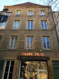 A découvrir absolument, en plein coeur de Metz place Jeanne d\'Arc. F3 intégralement rénové de 63m² au 3ème étage.  Au 3ème étage: Un séjour, une cuisine meublée et équipée, un wc, une entrée, un emplacement de placards, escalier accès 4ème étage      Au 4ème étage: deux pièces, une salle de douche-wc et un dégagement