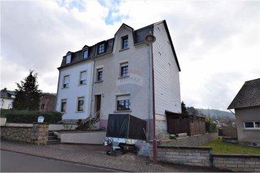 //SOUS COMPROMIS//  RE/MAX Luxembourg et Bardia Allami vous proposent une maison jumelée à Helmsange-Walferdange, libre des 3 côtés, à moins de 10 minutes de Luxembourg-Ville et de Kirchberg.  Le bien dispose d'une surface habitable d'environ 130 m2 (sur une surface totale d'environ 175 m2) située sur un terrain de 2,35 ares.   Cette maison détenant beaucoup de potentiel se compose comme suit :   REZ-DE-CHAUSSÉE 1 hall d'entrée, Living, cuisine séparée et équipée, salle de bain.  1er ÉTAGE 2 chambres à coucher + une chambre à coucher passante.  2em ÉTAGE Une chambre à coucher ainsi que 2 petites pièces à transformer éventuellement en une chambre de 17 m2.  GRENIER Surface de 13,50 m2 habitables à aménager.   SOUS-SOL Accès jardin et terrasse, cave, buanderie, coin technique, ainsi qu'un garage pour une petite voiture.   Cette maison dispose également de 2 emplacements extérieurs.  Plusieurs rénovations effectuées: Circuits électriques en 2012, toiture et isolation du toit ainsi qu'une partie de l'extérieur en 2014, installation de la nouvelle chaudière au gaz et plomberie en 2015 et enfin le circuit de canalisation et drainages en 2017. Quelques travaux à prévoir!      Quartier calme et familial.  A 1min de l'école maternelle et primaire A 2min de la gare de Walferdange  Commerces et crèche à proximité.  Veuillez me contacter au 621 15 09 66 ou par email bardia.allami@remax.lu.