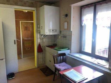 Dans copropriété de 3 appartements- F3 situé au premier étage de 80 M2- CC Gaz individuel- 2 Chambres- Cuisine- Séjour- Vaste grenier et dépendance extérieure. Prévoir travaux de rénovation ( éléctricité- fenêtres et décoration)