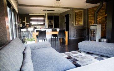 Nous vous proposons une Maison d\'architecte de 5 pièces de 93m² sur un terrain de 6 ares composée :   - une Entrée,  - un Salon/Séjour ouvert sur la cuisine pour une surface proche de 40m²  - d\'une Cuisine de marque Italienne entièrement aménagée et équipée afin de vous offrir tout le nécessaire, four, micro-ondes, plancha, hotte intégrée...   A l\'étage elle comprend:   - un couloir donnant sur 2 Chambres avec dressings,  - une Salle d\'eau avec Douche Italienne, WC suspendu,  - une Suite Parentale avec double dressing et terrasse.   Confort de VIE : l\'isolation thermique reprenant les normes BBC et le systéme de chauffage au sol associé à un poèle à bois à rendement très élevé offrent une qulaité de vie optimale.  L\'extérieur est particulèremement agréable sans vis à vis direct, une double TERRASSE SUD  L\'avis de MATT IMMO :   COUP DE COEUR pour cette Maison très lumineuse en parfait état et aménagée avec goût. Très belles prestations, ossature bois, fenêtres aluminium noires, volets éléctriques, chauffage au poêle à bois.   Laissez vous surprendre par un quartier éloigné des axes routiers et fait de constructions récentes.   CONTACTEZ DIRECTEMENT VOTRE CONSEILLERE, Mlle MATT au 03 89 07 08 07