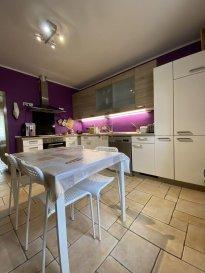 Real G Immo vous propose en Exclusivité cette belle maison située à Dudelange, d\'une surface habitable de +/- 130 m².<br><br>Celle-ci se compose comme suit:<br><br>Au RDCH : <br>* Hall d\'entrée,<br>* Salon/salle à manger,<br>* Cuisine équipée,<br>* une terrasse,<br><br>1er étage :<br> * 2 chambres à coucher,<br>* Salle de douche,<br><br>2ième étage : <br>* 2 chambres à coucher,<br>* Salle de douche,<br><br>Sous-sol : Accès jardin, cave, buanderie, wc séparé et 2 emplacements extérieurs. <br><br>Informations complémentaires: <br>* Chaudière et électricité de 2015,<br>* A proximité des crèches, des écoles, maisons relais, commerces, transports publics...<br><br>Pour plus de renseignements ou une visite (visites également possibles le samedi sur rdv), veuillez contacter le 28.66.39.1.<br><br>Les prix s\'entendent frais d\'agence de 3 % TVA 17 % inclus.<br> <br>