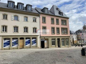 IMMO EXCELLENCE vous propose un local commercial situé au rez-de-chaussée d\'une surface totale d\'environ 231 m2 ( ancienne Pâtisserie SIMON ) sur la fameuse PLACE DU MARCHE à ECHTERNACH.  <br><br>Le local se compose comme suit : Commerce - Restaurant ( 193 m2 ), W.C ( 6 m2 ), Cour / Véranda ( 18 m2 ), Terrasse ( 14 m2 ).<br><br>Le restaurant peut encore être aménagé selon souhait du client, bien évidemment sous diverses conditions.<br><br>Situation idéale sur la Place du Marché, au plein Centre d\'Echternach avec toutes ses commodités.<br><br>Le bâtiment avec ses grandes baies vitrées et sa situation idéale, offre une parfaite visibilité.<br><br>Pour plus d\'information, veuillez contacter notre agence. <br><br>Plusieurs documents sont disponibles sur simple demande.<br><br>Echternach est une ville du Luxembourg d\'environ 5 300 habitants et le chef-lieu de son canton, le long de la vallée de la Sûre marquant la frontière avec la Rhénanie-Palatinat allemande. <br><br>Elle est surtout connue pour son abbaye et sa procession dansante de Pentecôte.