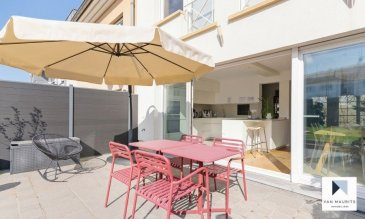 Cette maison mitoyenne de 2003 bénéficie d'un terrain de 1a 80ca et d'une surface de ± 220 m², dont ± 180 m² habitables. L'adresse du bien : 122, rue de Kirchberg à Luxembourg.   Elle se compose comme suit :  au rez-de-chaussée, une entrée de ± 7 m² avec une armoire encastrée et un wc séparé ; un double garage en enfilade de ± 33 m² et une buanderie de ± 9 m². Au 1er étage, un espace séjour/salle à manger disposant d'une cuisine ouverte, le tout de ± 60 m² avec un parquet massif au sol et une sortie sur une terrasse de ± 25 m² orientée sud.  Au 2ème étage, un palier de ± 8 m² donne sur une suite parentale de ± 14 m² avec sa salle de bain de ± 9 m² (baignoire, douche, double vasque et wc) et son dressing sur mesure de ± 5 m², ensuite sur deux chambres de ± 11 et 10 m².  Au 3ème étage, un palier s'ouvre sur deux chambres, chacune de ± 16 m², et une salle de bain de ± 7 m².  Le jardin clôturé et orienté au sud et un emplacement devant le garage complètent l'offre.  Le bien sera disponible à l'été 2021.   Généralités :  - Maison récente, pas de travaux à prévoir ; - 5 chambres à coucher ; - 2 salles de bain ; - Double garage et un emplacement ; - Salon et jardin orientés sud ; - Chauffage au gaz ; - Double vitrage ; - Sur le plateau de Kirchberg ; - A 10 min. à pied des institutions européennes et de l'Ecole Européenne I.  Agent responsable : Katia Gravière au 661 33 29 82 ou katia@vanamaurits.lu