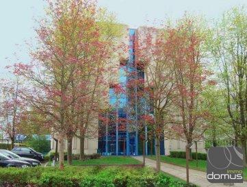 Diverses surfaces de bureaux à louer dans un immeuble situé à Luxembourg 3, rue Thomas Edison.<br><br>Bureaux entre 6m2 et 33 m2 disponibles dans Centre d\'affaires.<br>Prix sur demande.<br>Prix au m2 : 70 Euro + TVA 17%<br><br>Moyennant un supplément, nous pouvons rendre la vie de votre entreprise encore plus agréable en vous offrant : <br><br>Place de parking individuelle avec plaque nominative <br>Inscription dans les annuaires luxembourgeois (versions papiers et en ligne)  Préparer vos noms de domaine, sites internet, adresses email, conception et impression de logo, du papier à  entête et de cartes de visite <br><br>Services de secrétariat: Rédaction de document, réservation de voyage, affranchissement et préparation du courrier <br>Mise en place de ligne téléphonique P&T, connexions Fax/ISDN/ADSL, Numéro(s) VOIP supplémentaire(s), WIFI individuel, LAN numéro IP fixe personnel  Equipement et fourniture de bureau supplémentaire<br>Réparation et maintenance <br><br>Package standard de location<br><br>Bureau séparé, fermant à clefs  avec armoires intégrées <br>Bureau, chaise, caisson fermant à clefs, petite fourniture et deux chaises pour les visiteurs <br>Plaque nominative sur votre porte et boîte à lettre principale  <br>Les frais de location comprennent: le chauffage, l\'électricité, l\'assurance du bâtiment et le service de sécurité.<br><br>Package standard de service<br><br>Réception entre 08:30-17:30 du lundi à vendredi, incluant l\'accueil et l\'annonce des clients <br>Parking pour visiteurs <br>Nettoyage et maintenance <br>Réception du courrier et livraisons, transmission par post ou email selon besoin   Réponse aux appels et transmission par email ou SMS<br>Connection WI-FI et Internet <br>Connection standard fibre internet à grande vitesse<br>Utilisation de la photocopieuse réseau avec scan, impression, courriel et fax (copies facturées séparément) <br>Café, thé et eau  <br>Utilisation de la salle de gymnastique, douches, cuisine et espace pause-café  Ut