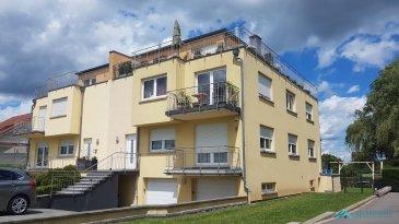 TEMPOCASA MONDORF-LES-BAINS vous propose à la vente un superbe penthouse/duplex à Ellange-Gare, faisant partie de la commune de Mondorf-les-Bains avec 2 chambres à coucher.<br>Le penthouse, situé donc à l\'avant-denier et dernier étage, avec sa terrasse de plus de 60 m² vous offre une vue panoramique sur un endroit très calme et vert; cet appartement vous fait profiter au maximum de l\'ensoleillement et de la nature qui le borde.<br><br>La disposition se fait donc sur 2 niveaux; <br><br>au premier niveau on trouve: <br><br>- 2 chambres à coucher (avec mobilier haut de gamme fait sur mesure)<br>- 1 wc séparé<br>- 1 grande salle de bain (éclairage naturel) avec douche à l\'italienne et baignoire  <br>- 1 balcon  <br><br>au deuxième étage on trouve :<br><br>- cuisine ouverte équipée de haut haut de standing<br>- séjours - salle à manger avec accès multiples sur la terrasse<br>- terrasse de plus de 60 m² offrant un angle de 180°<br><br>Viennent compléter ce bien, un garage fermé, deux emplacements extérieurs, une cave ainsi qu\'un jardin/pelouse privative d\'une superficie de presque un are.<br><br>L\'appartement est équipée \'un système de climatisation et d\'une porte sécurisée avec reconnaissance digitale.<br><br>La résidence, composée de seulement quatre appartements, bénéficie également d\'une buanderie commune.<br><br>Pour toute information complémentaire veuillez contacter Monsieur PACI Joël au +352 661572502.   <br><br><br><br><br><br><br />Ref agence :JP126