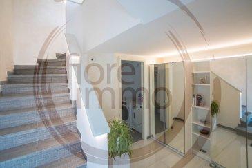 Nous avons le plaisir de vous proposer à la vente une splendide maison mitoyenne. D\'une surface totale de 270m2, elle comprend 162m2 de superficies de vie, différentes terrasses pour 76m2 (24m2, 28m2, 2x 10m2), un grenier complètement aménagé de 28m2.<br>Située à proximité du centre de Munsbach (écoles, commerces), et en excellentes conditions (rénovée complétement en 2017/19), elle offre de pièces de vie lumineuses et de grande surface, en particulier :<br><br>- Au rez-de-chaussée : hall d\'entrée, buanderie, garage 2 voitures, 2 emplacements extérieurs;<br>- 1er étage : grande cuisine ouverte avec équipement moderne, une chambre à coucher (ou bureau), 1 salle de douche, grand living et véranda donnant sur une terrasse et un grand jardin de 200m2 abritant deux caves et cave à vin;<br>- 2ème étage : 2 grandes chambres à coucher, 1 salle de douche,1 salle de bain avec baignoire balnéo design pour 2 personnes (traitement balnéo, airflow et chromothérapie) 1 autre pièce actuellement utilisée comme cuisine complémentaire, une grande terrasse de 24m2;<br>- grenier aménagé avec placards encastrés et salle de douche;<br>- Finitions et prestations de standing (vidéophone, alarme, placards encastrés sur mesure, luminaires d\'ambiance, volets électriques, triple vitrage schüco, moustiquaire, adoucisseur d\'eau, système de chauffage au sol, etc.).<br><br>Pour de plus amples informations veuillez contacter l\'agence.<br><br /><br />Wir haben das Vergnuegen ein herrliches Reihenhaus aus zum Verkauf zu stellen.<br>Mit seinen 270m² Gesamtfläche bietet es 162qm Wohnfläche, verschiedene Terrassen für 76qm (24m2, 28m2, 2x 10m2), komplett eingerichtetes Dachgeschoss mit WC (28m2).<br>In der Nähe des Zentrums von Munsbach (Nähe zu Schulen, Geschäften) und in ausgezeichnetem Zustand (komplett renoviert in 2017/19) bietet es helle und große Wohnzimmer, insbesondere:<br><br>Im Erdgeschoss: Eingangshalle, Garage für 2 Autos, Waschküche<br>- 1.Stock: große offene Küche mit moderner Ausstat