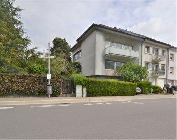 Située à Cents, quartier résidentiel et recherché de la ville de Luxembourg, cette maison de ± 261 m² habitables et libre des 3 côtés, repose sur un terrain de4 ares incluant un jardin sans vis à vis.  La maison se compose comme suit: Au rez-de-chaussée, le hall d'entrée ± 18 m² dessert un garage ± 52 m², une chaufferie ± 9 m² ainsi qu'un local de rangement ± 9 m² avec sortie sur le jardin. Au 1er étage, un palier ± 7 m² dessert un double séjour ± 52 m², une salle à manger ± 18 m² donnant sur la cuisine séparée ± 13 m² avec accès à un balcon et au jardin et enfin, un wc séparé. Au 2ème étage, un palier ± 7 m² dessert quatre chambres de ± 11, 14, 18 et 22 m² et une salle de bain ± 13 m² avec fenêtre, baignoire, lavabo et wc. Le 3ème étage comprend un grenier de ± 60 m² avec possibilité d'y créer  deux chambres supplémentaires.  Détails complémentaires : - Quartier recherché, à la fois résidentiel tout en étant proche du centre-ville ; - Services de proximité: écoles, crèches, transports en commun (bus et train) et commerces; - Accès aisé vers les axes autoroutiers, gares et aéroport.  Agent responsable du dossier :GeoffreyDEPRE E-mail :geoffrey@vanmaurits.lu Mobile :(+352) 661 127 777