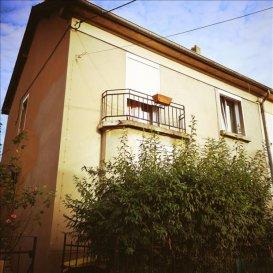 Exclusivité Immobilière Delarue, A Montigny-Lès-Metz, idéalement situé venez découvrir cette agréable maison offrant de nombreuses possibilités, elle possède 1 garage accessible à l\'arrière de la bâtisse, l\'un en extérieur sur le terrain en façade pouvant accueillir vélos, motos, et le dernier en sous sol&period;<br /><br />Ce bien est mitoyen d\'un côté, il possède un agréable terrain sans vis à vis, le tout cadastré sur 3a5ca environ&apos;<br /><br /><br />En rdc:<br /><br />Une entrée, une vaste cuisine équipée, 1 salle de bain, vaste espace de vie&period;<br /><br /><br />à l\'étage:<br /><br />3 chambres dont 1 en enfilade, 1 salle de bain avec toilette, 1 pièce de rangement&period;<br /><br /><br />en comble:<br /><br /><br />Profitez d\'aménager encore cet espace supplémentaire en chambre où autre&excl;&excl;<br /><br /><br />Un sous-sol complet<br /><br /><br />Le chauffage est au gaz, les menuiseries de 2012&period;<br /><br />Proximité écoles, commerces et transports en commun&period;<br /><br /><br /><br />&ast;&ast;&ast;Le prix de vente est de 221 540 euros, les honoraires sont intégralement à la charge du vendeur&period;&ast;&ast;&ast;