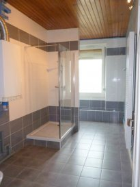 Appartement F3 ALGRANGE . Au 2eme étage, spacieux F3 dans petite copropriété offrant un hall d\'entrée, une cuisine, deux grandes chambres, un salon-séjour, une salle de bain avec cabine de douche et toilettes. Chauffage ind. Gaz, double vitrage PVC. Garage<br/>Disponible courant avril 2021
